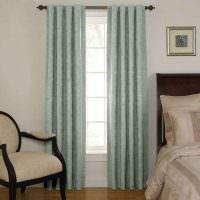 Бирюзовые шторы в классической спальне