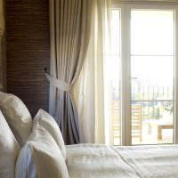 Подушки с белоснежными наволочками на кровати супругов