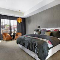 Белый потолок в спальне с темными стенами