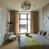 Изображение птицы на серой акцентной стене спальни