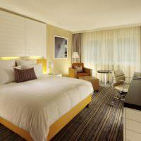 Желтая кровать на полосатом ковре