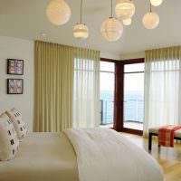Шаровидные светильники на потолке спальни