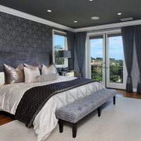 Светло-серый ковер в комнате с темным потолком