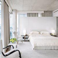 Серый потолок в светлой спальне