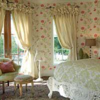 Обои в цветочек на стене спальной в стиле прованс