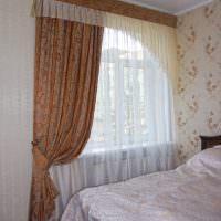 Асимметричная итальянская штора на окне спальни