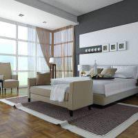 Серо-белая стена в просторной спальне