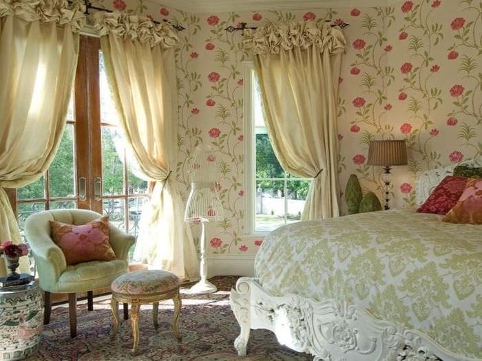 Дизайн спальни в стиле прованс с обоями в цветочек