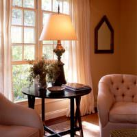 Деревянный столик темно-коричневого цвета