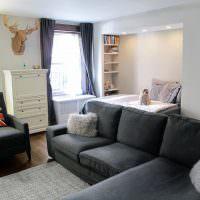 Черный диван в светлой гостиной