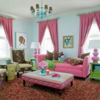 Декорирование зала с помощью розового текстиля