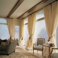 Бежевые шторы на панорамных окнах