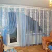 Занавески из прозрачного тюля в зале с балконом