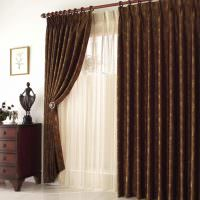 Откинутая портьера темно-коричневого цвета