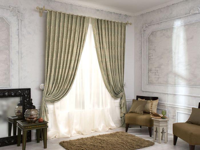 Плотные шторы с подхватами на окне гостиной