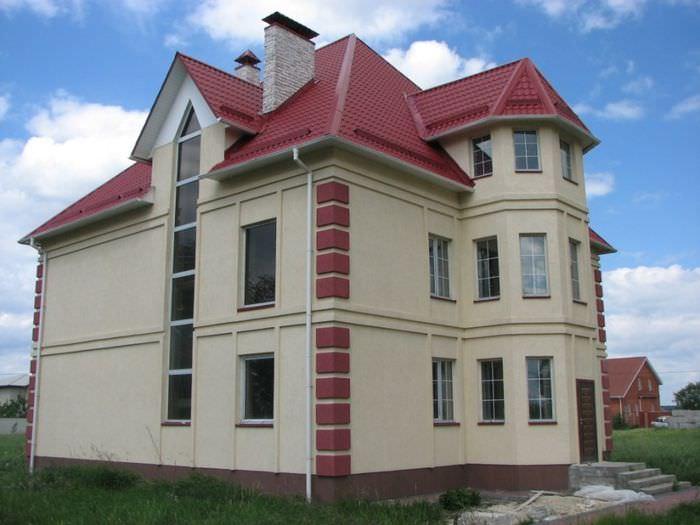 Двухэтажный дом с мансардой и окрашенным фасадом