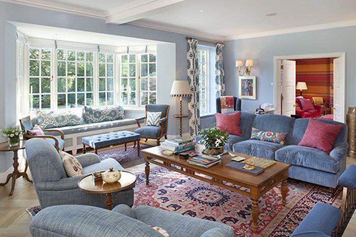 Интерьер классической гостиной с синими стенами