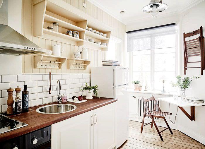 Небольшой откидной столик на стене узкой кухни