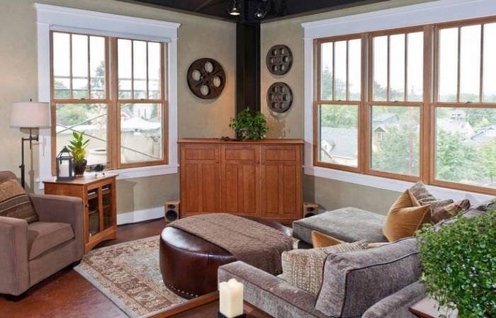 Угловой комод между двумя окнами гостиной