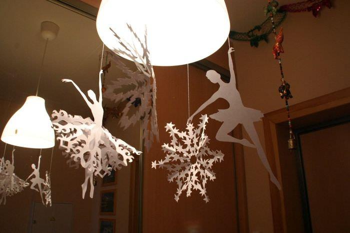 Новогодние снежинки из бумаги на светильнике гостиной