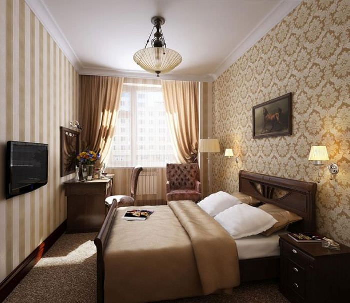 Вертикальные полосы на обоях в спальне