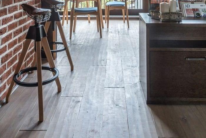 Деревянный пол в гостиной стиля лофт