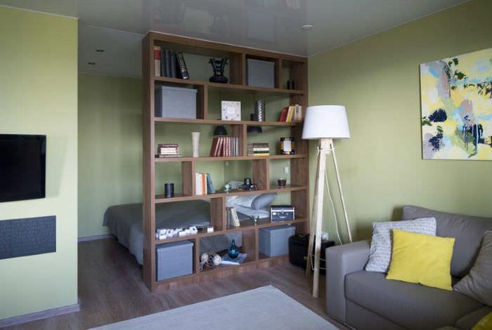 Отделение спальной зоны от общей комнаты с помощью открытого стеллажа