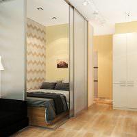 Кровать за раздвижной перегородкой из стекол