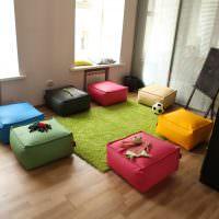 Разноцветные мягкие пуфы для гостей