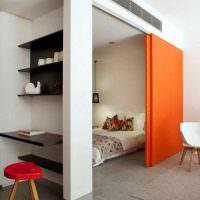 Раздвижная перегородка оранжевого цвета