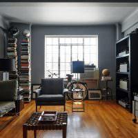 Коричневый пол в комнате с темными стенами