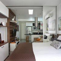 Декоративные подушки на белой кровати