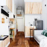 Деревянный пол в узкой комнате