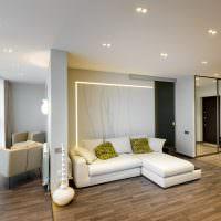 Белый диван с пестрыми подушками