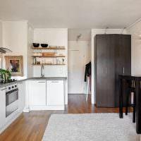 Открытые полки с посудой над кухонной мойкой