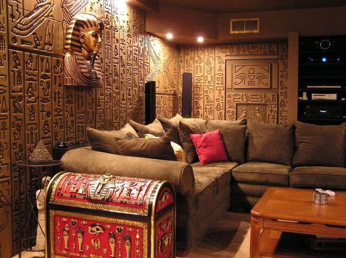 Отделка стен гостиной в египетском стиле