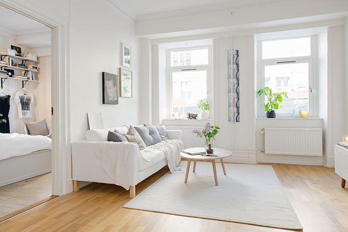 Белый ковер на коричневом полу