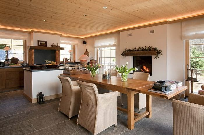 Интерьер светлой кухни в стиле шале