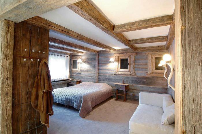 Светлый потолок в спальне стиля шале