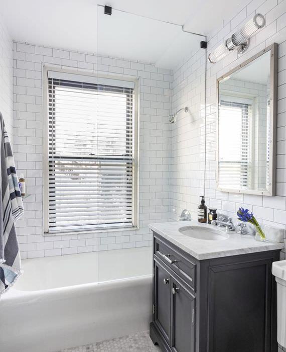 Дизайн совмещенной ванной комнаты в белом цвете