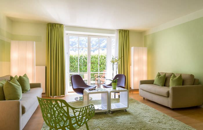 Нежно-зеленые стены в гостиной с двумя диванами