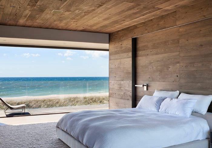 Интерьер спальни с панорамным окном
