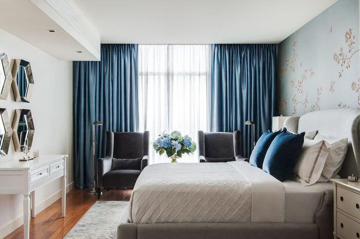 Темно-синие шторы в дизайне спальни