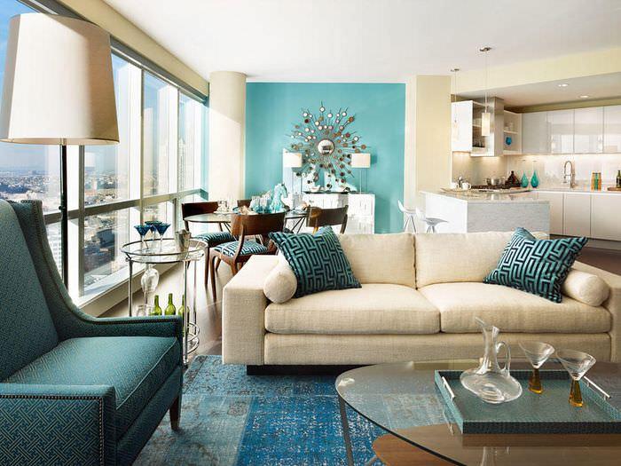 Голубые стены в гостиной с панорамным окном