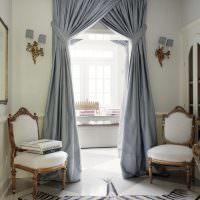 Итальянские шторы на двери в гостиной