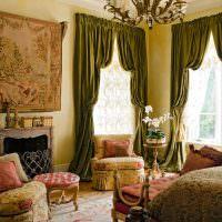 Окна гостиной с итальянскими шторами