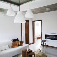 Белые светильники на двухуровневом потолке