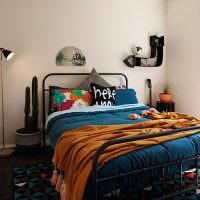 Кровать на металлическом каркасе в спальне небольшого размера