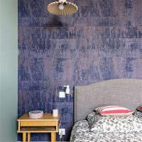 Акцентная стена спальни с искусственно состаренной поверхностью