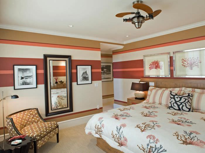 Горизонтальные полосы на бумажных обоях в спальне
